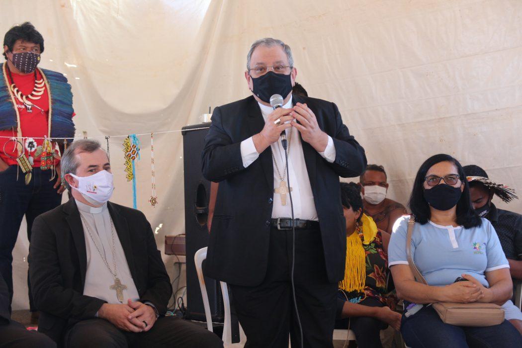 Dom Joel Portella, secretário-geral da CNBB, fala aos povos indígenas no acampamento Levante Pela Terra. Foto: Carol Lira/Repam-Brasil