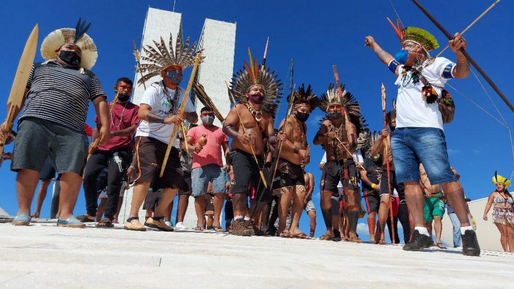 Povos indígenas ocupam cúpula do Congresso Nacional em manifestação contra  o PL 490   Cimi