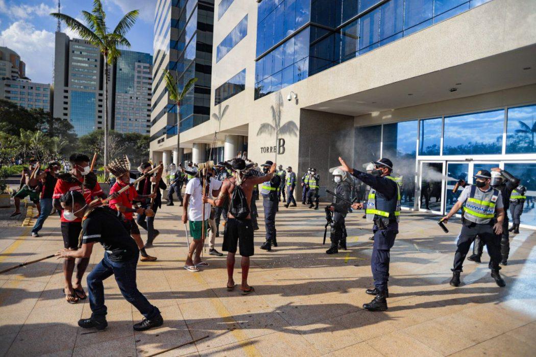 Além de não serem recebidos na Funai, indígenas foram atacados com bombas e spray de pimenta por policiais que bloqueavam entrada do prédio, em Brasília. Foto: Mídia Ninja