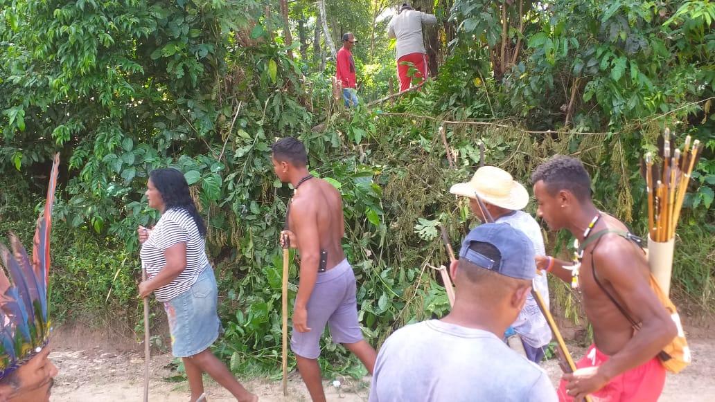 Indígenas manifestam-se enquanto posseiros colocam cercas em área de uso coletivo do povo, nesta segunda-fera (12). Foto: povo Akroá Gamella