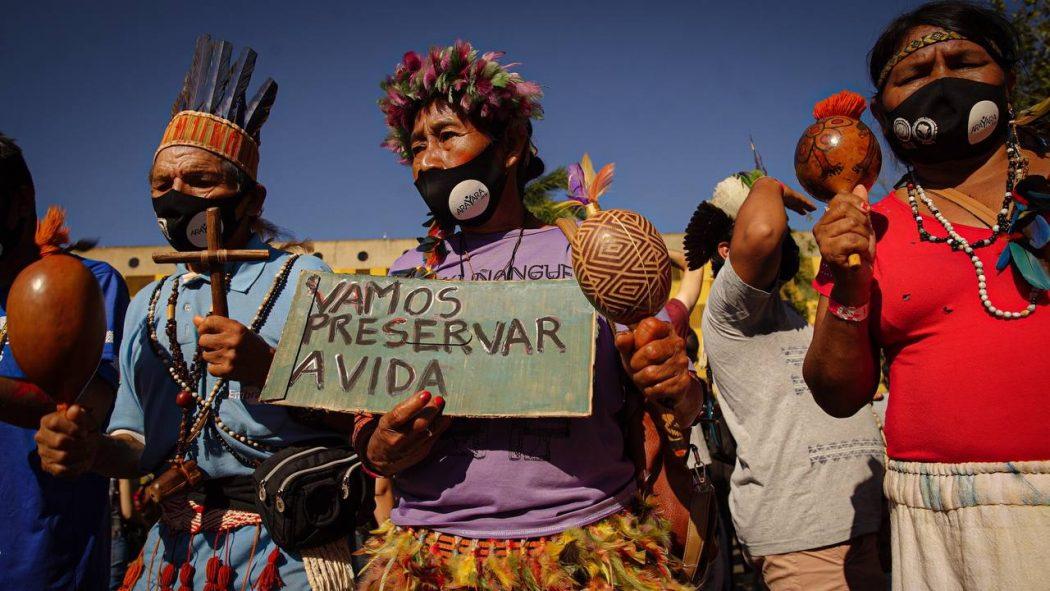 Manifestação dos povos indígenas contra o PL 490 em frente ao anexo 2 da Câmara dos Deputados, durante o Levante Pela Terra, em junho. Foto: Andressa Zumpano/Articulação das Pastorais do Campo