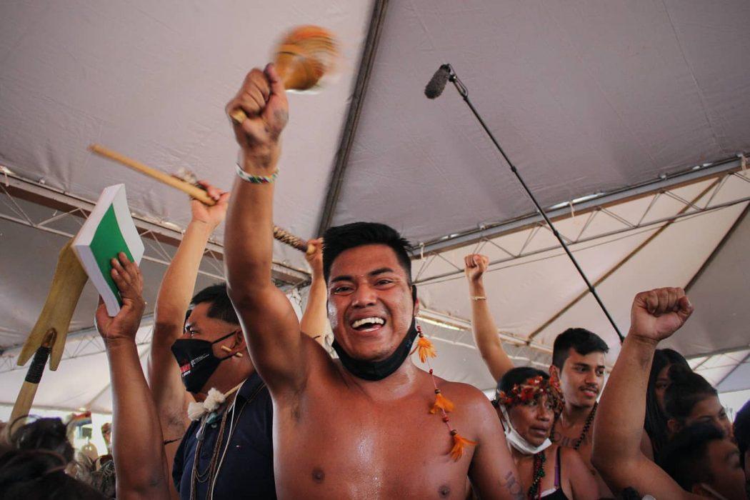 Emoção do povo Xokleng após voto favorável do ministro Edson Fachin. Indígenas acompanharam votação do acampamento da II Marcha Nacional das Mulheres Indígenas, em Brasília. Foto: Marina Oliveira/Cimi