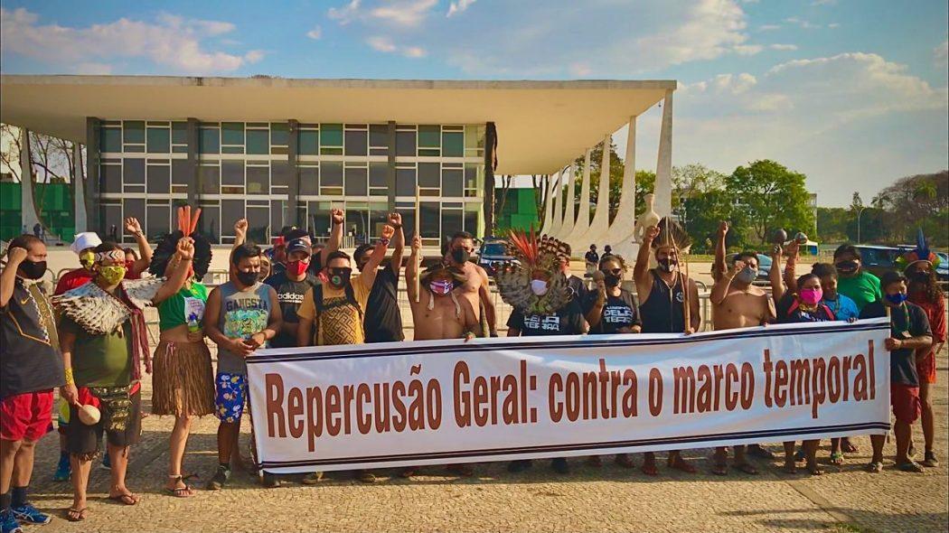 Cerca de 150 lideranças indígenas acompanharam o julgamento em frente ao STF nesta quarta (15). Foto: Hellen Loures/Cimi