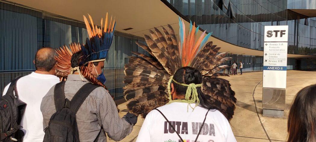 Lideranças indígenas protocolaram carta no STF nesta quinta (16) pedindo a Moraes que devolva voto vista sobre demarcações e diga não ao marco temporal. Foto: Adi Spezia/Cimi