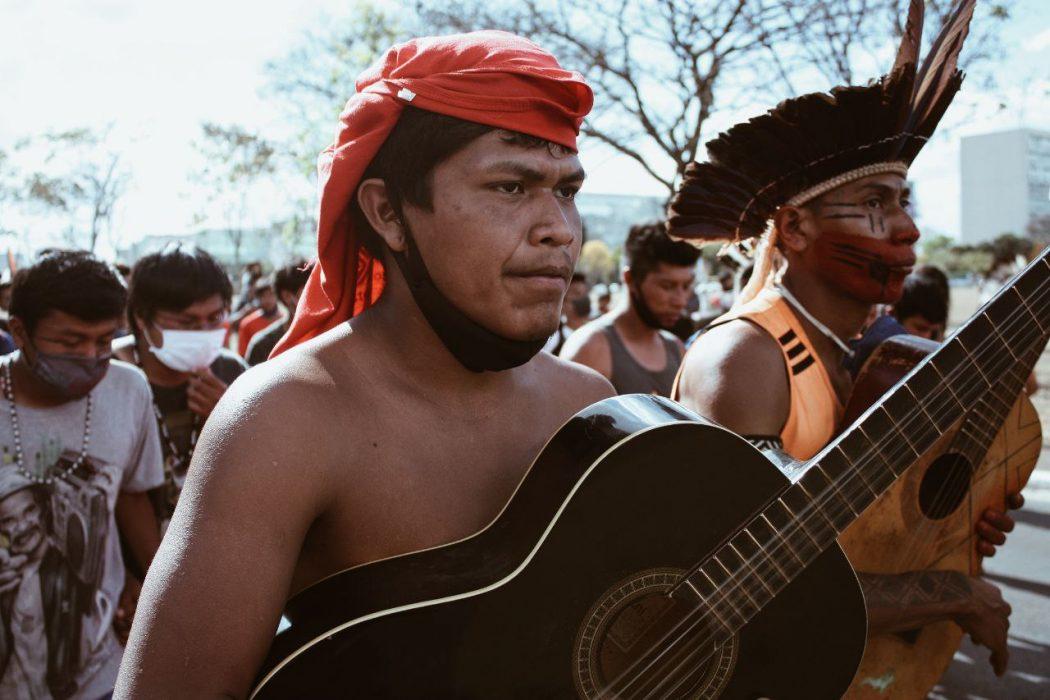 """Povos indígenas estão em uma intensa mobilização em defesa de seus direitos. Manifestação durante o acampamento """"Luta pela Vida"""", em Brasília. Foto: Marina Oliveira/Cimi"""