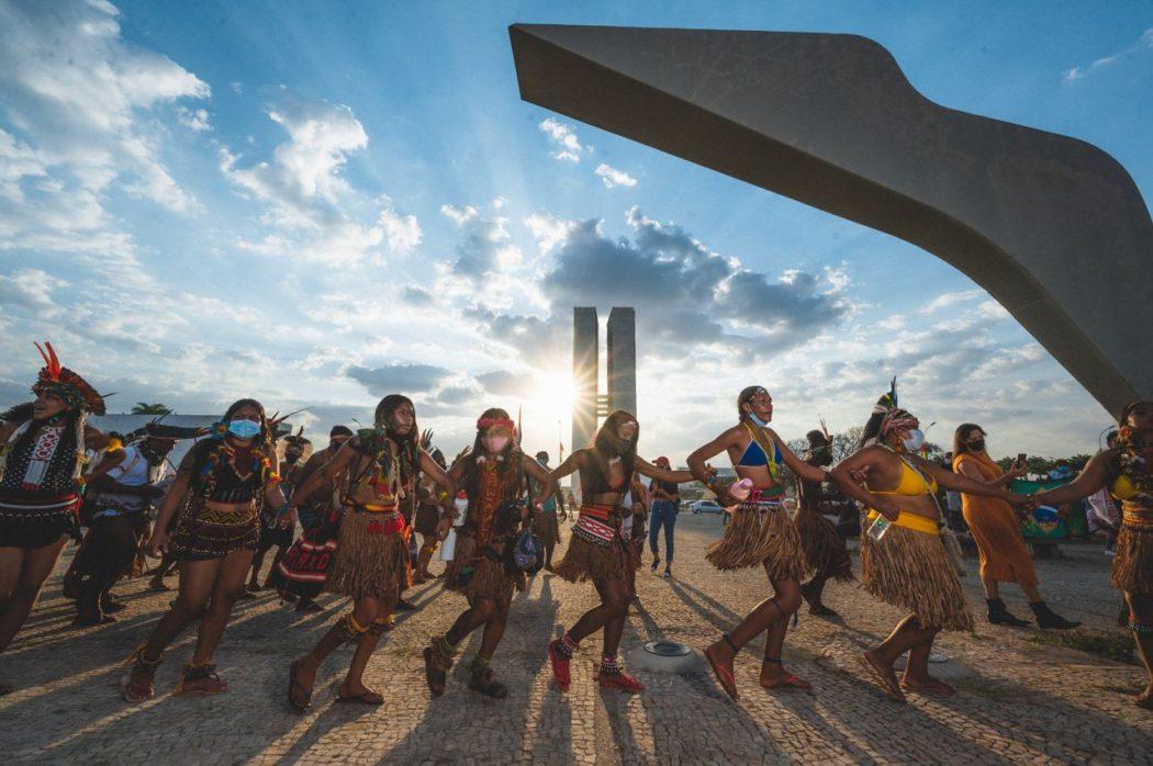 Mulheres indígenas na mobilização em defesa dos direitos dos povos originários, em Brasília. Foto: Cícero Bezerra