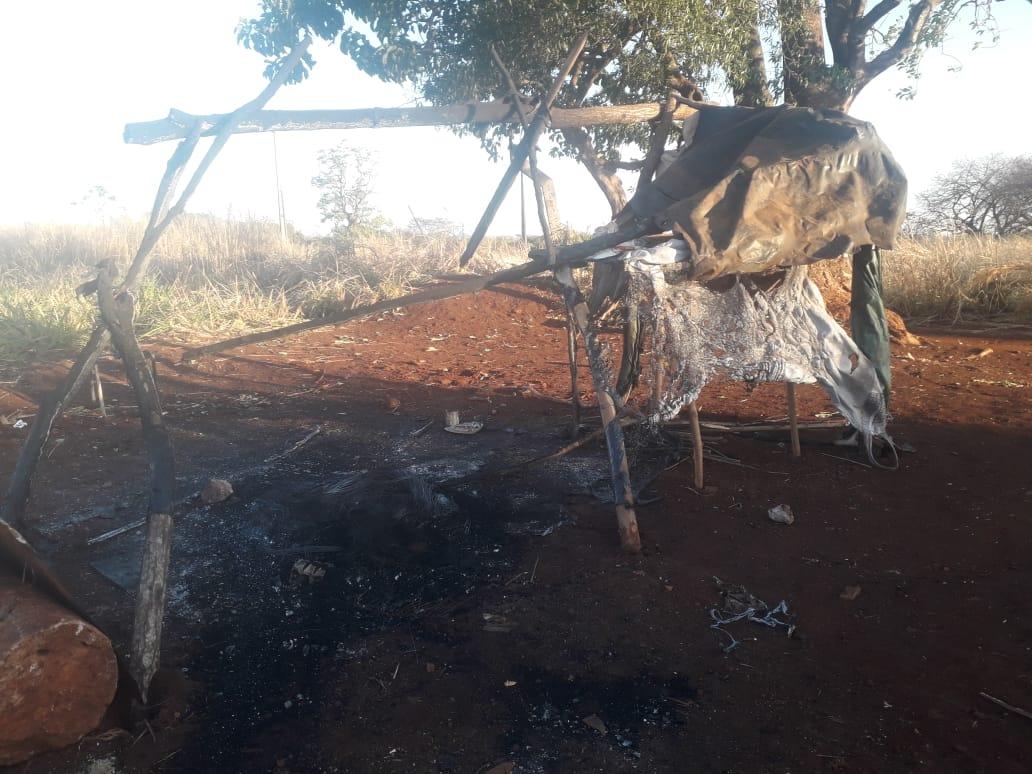 Em uma semana, três casas foram queimadas no tekoha Avae'te. Na foto, restos da casa que foi incendiada por seguranças privados na terça-feira, dia 31 de agosto. Foto: povo Guarani Kaiowá