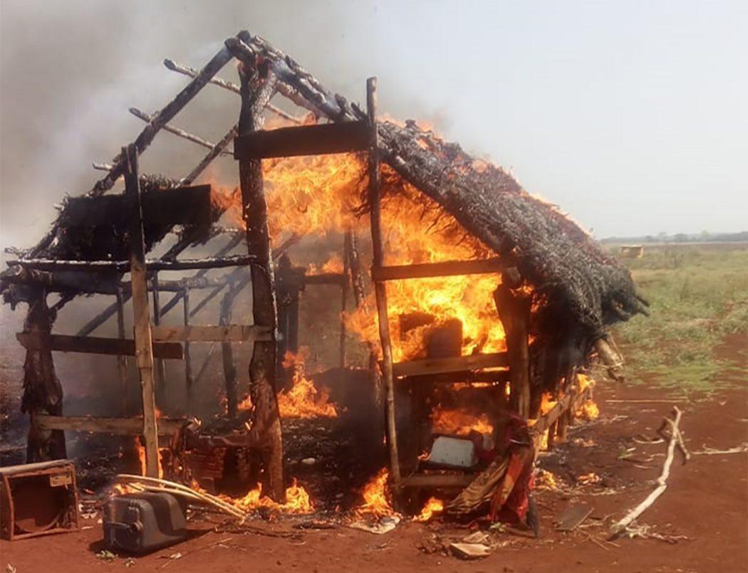 Incêndio provocado por seguranças privados por volta das 11h desta segunda-feira (6), destruiu uma casa Guarani Kaiowá no tekoha Avae'te. Foto: povo Guarani Kaiowá
