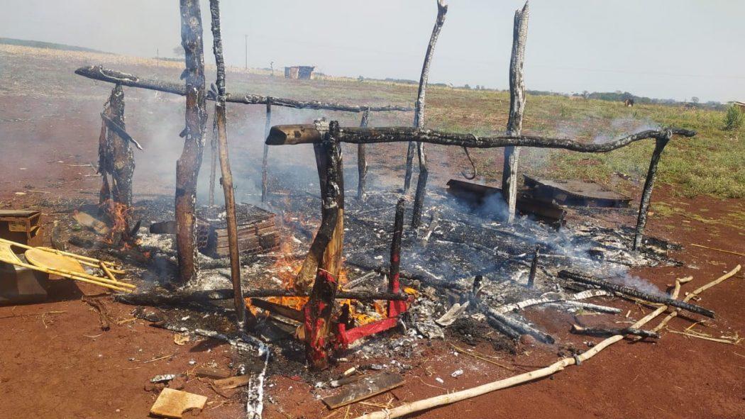 Casa destruída pelas chamas no tekoha Avae'te, após ter sido queimada por seguranças na manhã desta segunda (6). Casa já é a terceira queimada na retomada em uma semana. Foto: povo Guarani Kaiowá