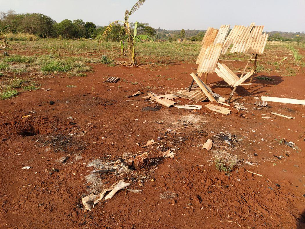O ataque desta segunda (6) foi a terceira vez que a indígena Kunha Poty, mãe de três crianças, teve a sua casa queimada por seguranças privados. Na foto, os destroços de sua casa anterior, também destruída por um incêndio criminoso. Foto: Cimi Regional Mato Grosso do Sul