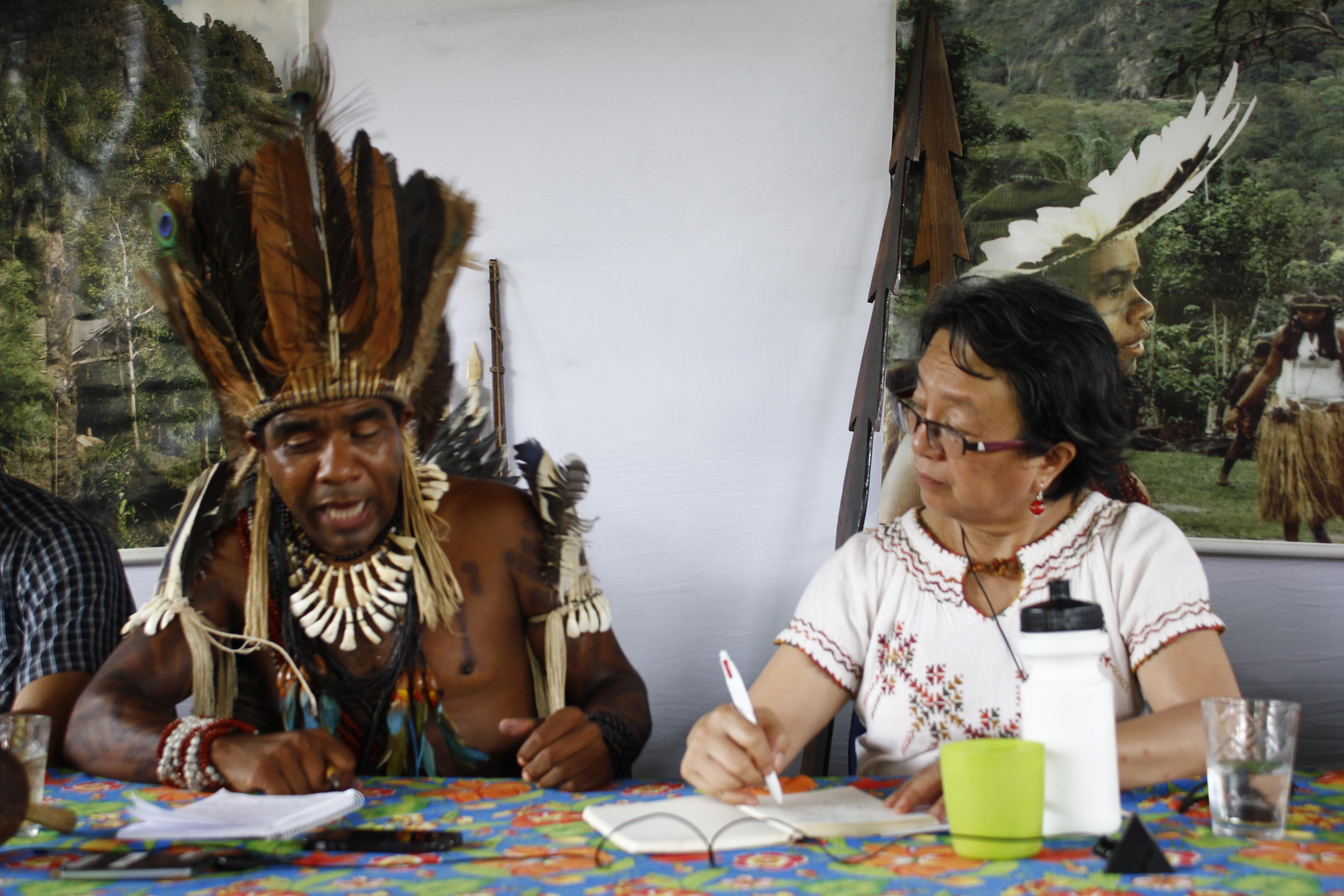 Relatora da ONU sobre direitos dos povos indígenas, Victoria Tauli Corpuz, com o cacique Babau Tupinambá, em visita à Bahia. Foto: Renato Santana/Cimi